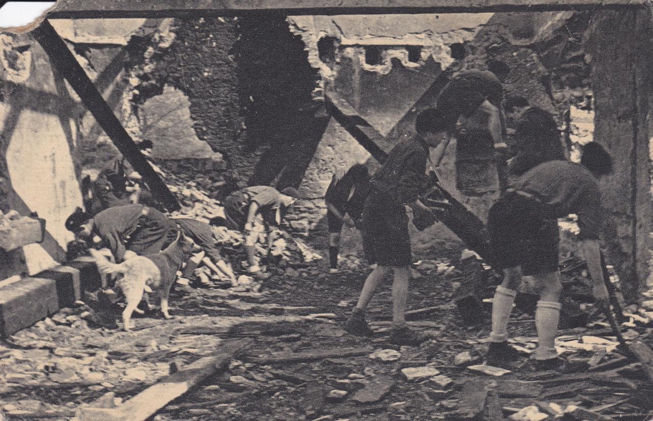 Compagnons déblayent une ruine