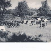 Les Compagnons de France au camp - Le salut au drapeau