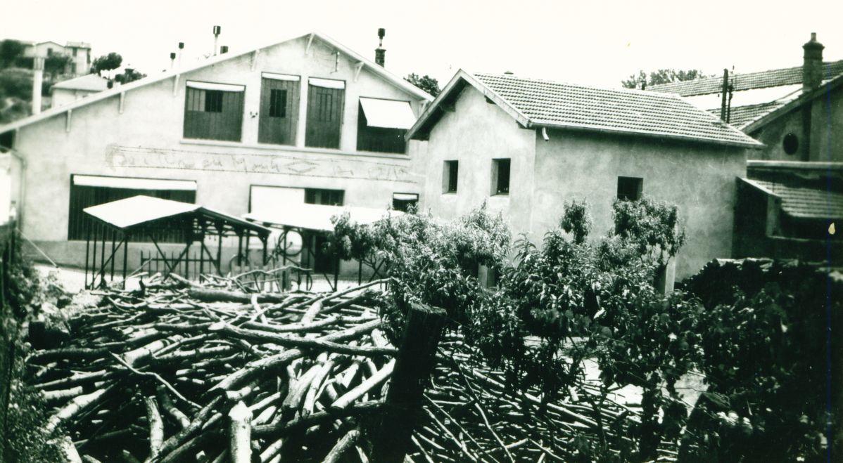 Bois dans la cour de l'usine Boimondau en 1942