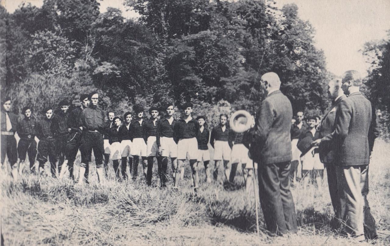 Les Compagnons de France au camp : Le Maréchal visite le camp
